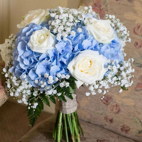Букет невесты из гортензии, роз и гипсофила