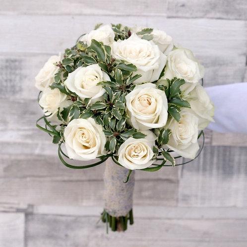 Свадебный букет невесты из белых роз и зелени