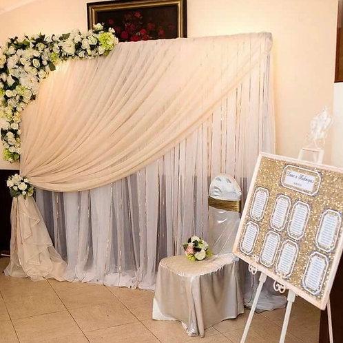 Фотозона на свадьбу из ткани и цветов