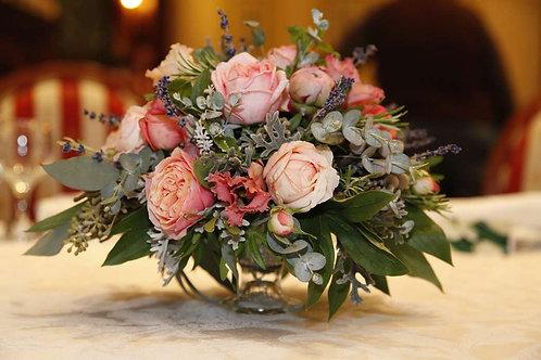Композиция из пионовидных роз на столы гостей