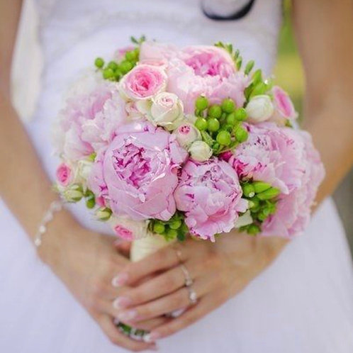 Свадебный букет из розовых пионов, зелени и кустовых роз