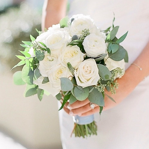 Свадебный букет невесты из белых роз и эвкалипта