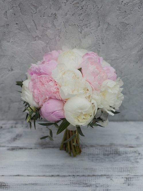 Букет невесты из белых и розовых пионов