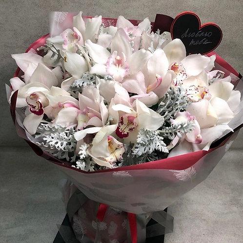 Букет из орхидей и сенецио