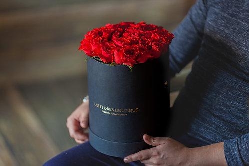 розы в бархатной шляпной коробке