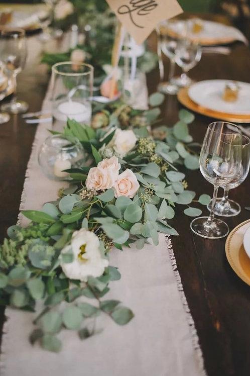 Композиция из эвкалипта, роз и эустомы во весь стол