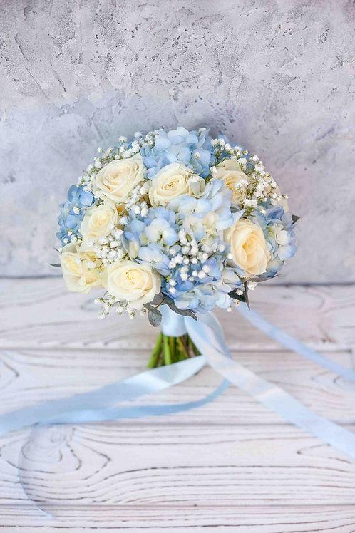 Голубой свадебный букет из роз, гортензии и гипсофилы