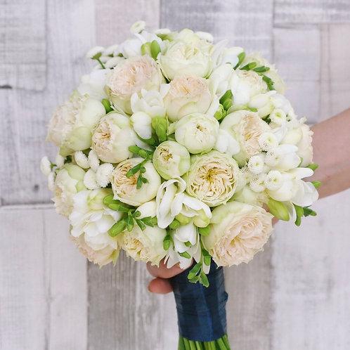 Бежевый букет невесты из фрезии и пионовидных роз