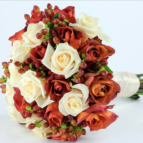 Свадебный букет невесты из роз и гиперикума
