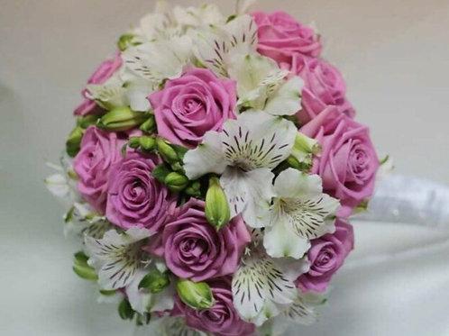 Свадебный букет невесты из роз и альстромерии