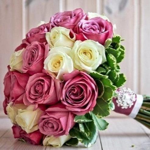 Букет невесты из белых и розовых роз с зеленью