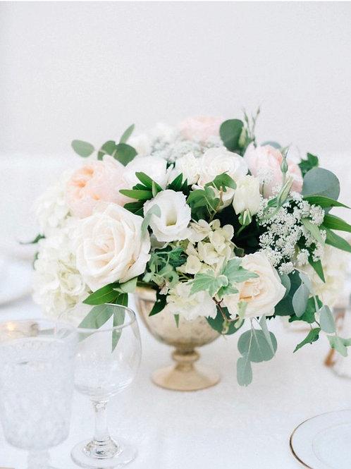 Композиция на стол гостей с розами, эустомой и гортензией
