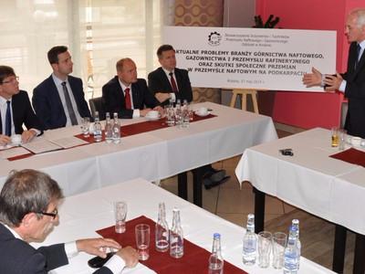 Debata o aktualnych problemy branży przemysłu nafty-gazu-rafinerii i skutki przemian na Podkarpaciu