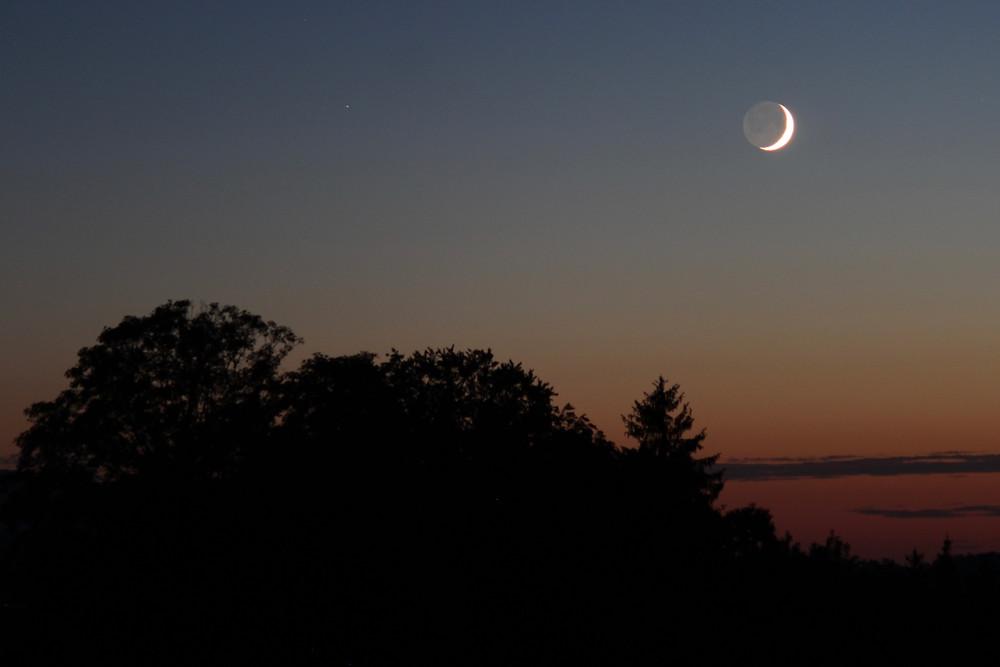 Zunehmende Mondsichel kurz vor Untergang