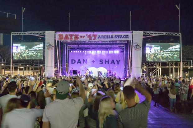 Dan and Shay Concert with the Stageline 320 with video wall wings