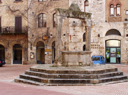 7_San_Gimignano_piazza_cisterna_1