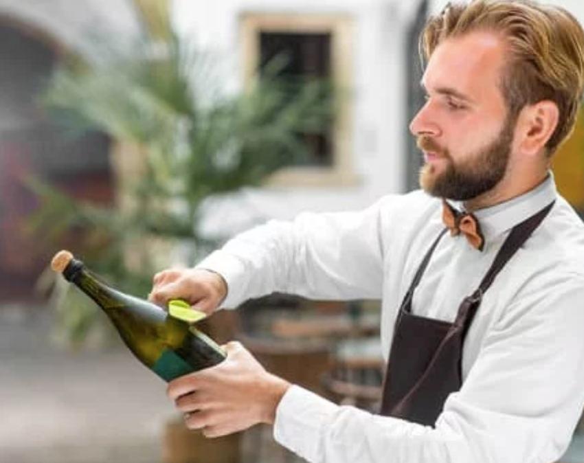 Sommelier sabrant une bouteille de champagne