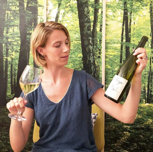 Margot dégustant une bouteille de Riesling