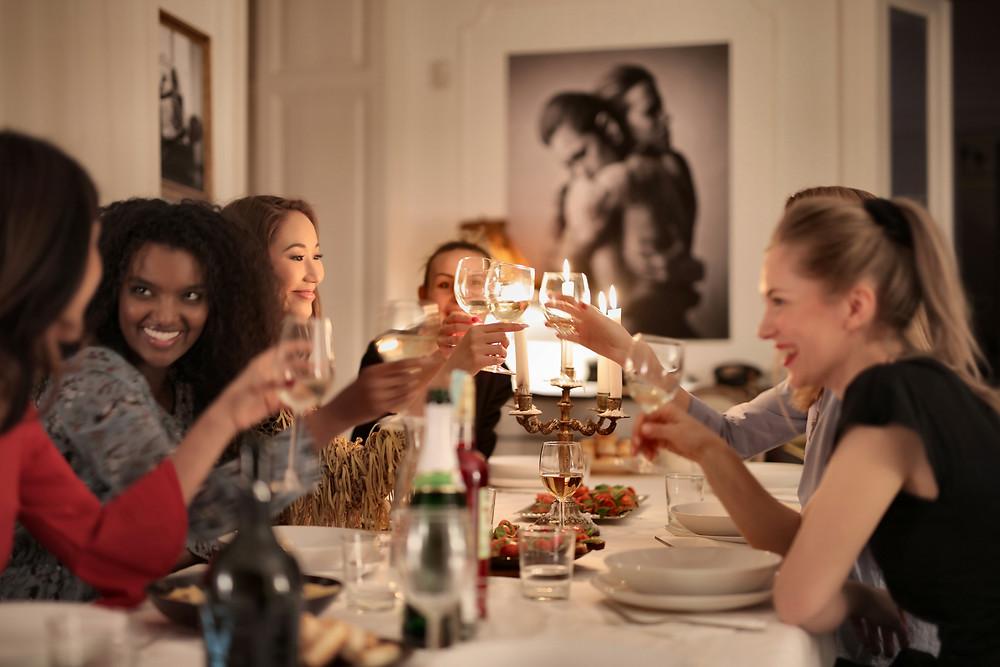 Table de femmes qui trinquent au champagne