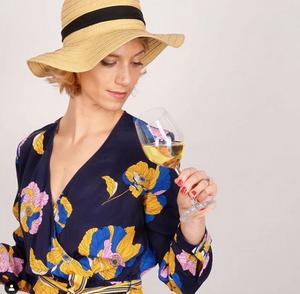 Margot sentant un verre de vin blanc