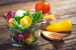 סלט ירקות בצנצנת