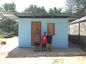 บริจาคแผ่นวีว่า บอร์ด และร่วมก่อสร้างบ้านสำหรับครอบครัวขาดแคลน