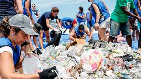 Route Brasil realiza maior mutirão de limpeza de praia do mundo e abraço de 18k ao oceano no Rio de
