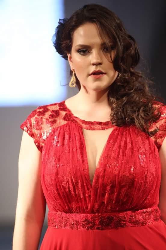 Raphaella Tratsk Lancini desfilando no Fashion Weekend Plus Size em 2015