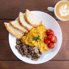 Do pão na chapa aos ovos com bacon: conheça as opções de café da manhã da Fábrica
