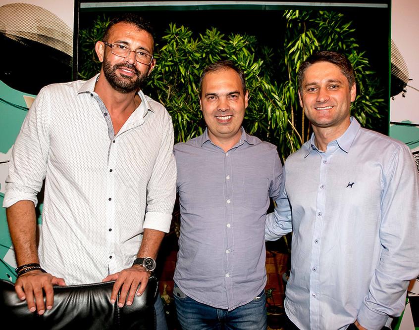 O_jornalista_Fabio_Gadotti_entre_os_sócios_Marco_Galvão_e_Gutieres_Baron