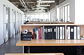 09-productive-cubicle-organized-desk (1)