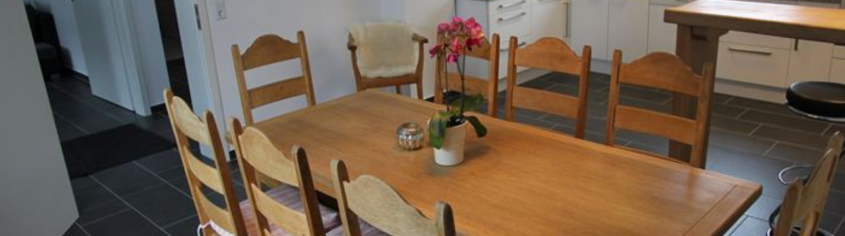 Esstisch mit offener Küche