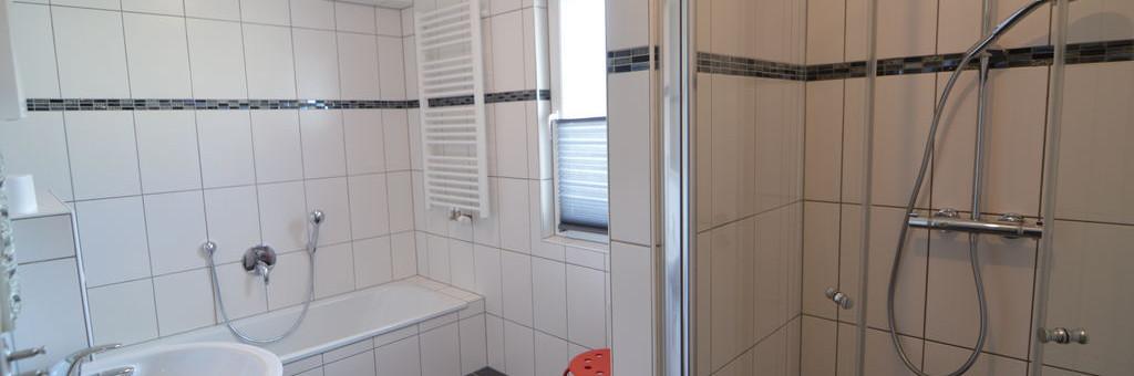 Badezimmer unten mit Dusche und Wannd