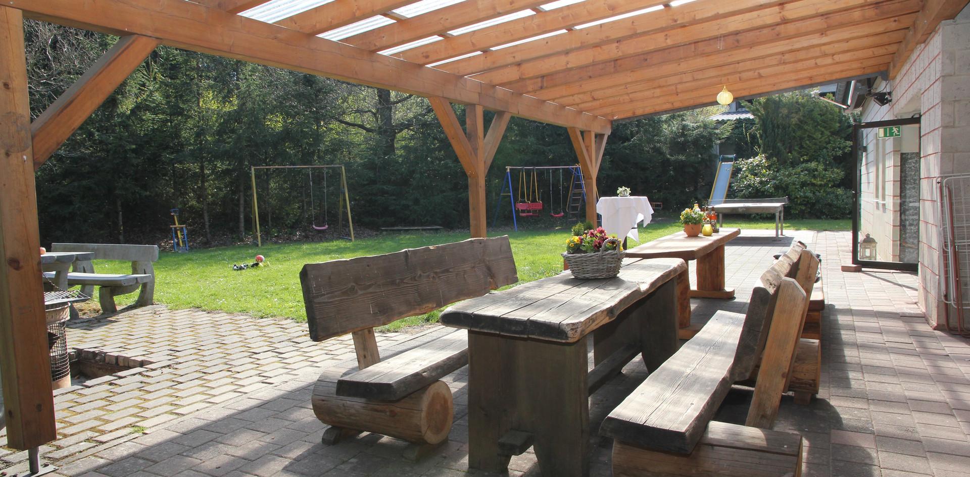 überdachte Terrasse mit Grillplatz