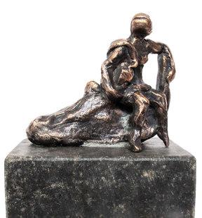 Sittande kvinna på stock och sockel