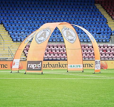 Outdoorbanneraufsteller als Werbedisplay im Stadion