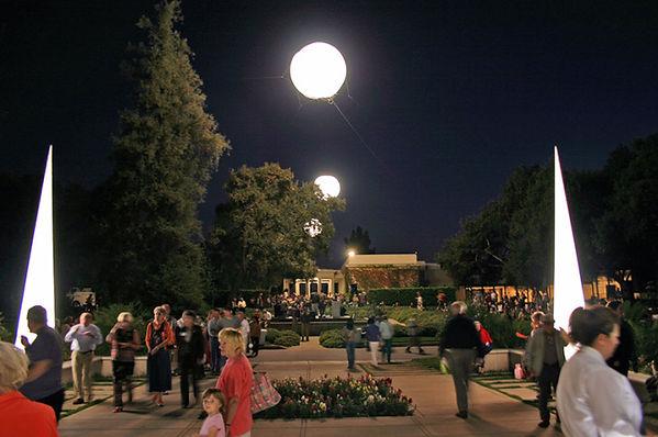 Allestimenti per illuminazione temporanea di eventi pubblici e privati. Palloni illuminanti per inaugurazioni, sfilate, gare, concerti, dj set, fiere.