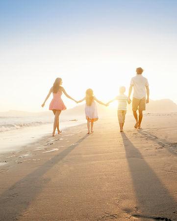 Rodina chůzi na pláži