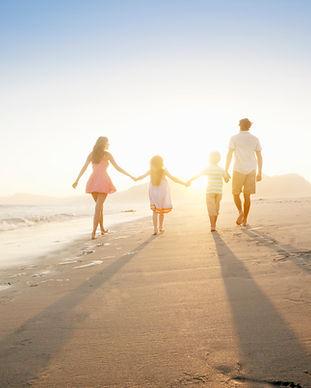 Familie wandelen op het strand