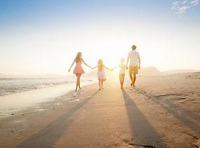 Семья ходить на пляж