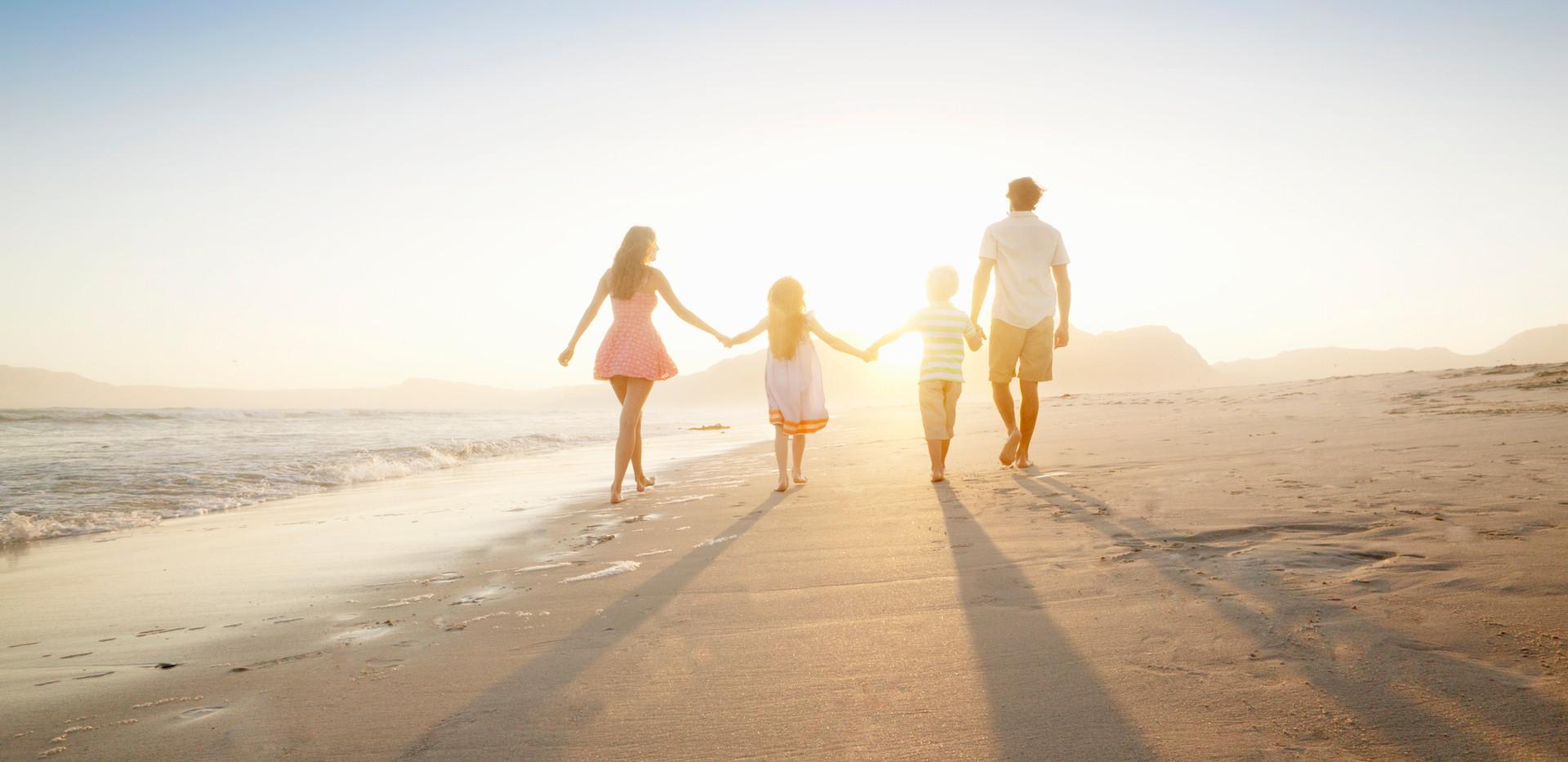 Família andando na praia