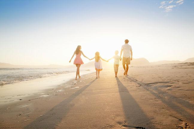 Famiglia che cammina sulla spiaggia