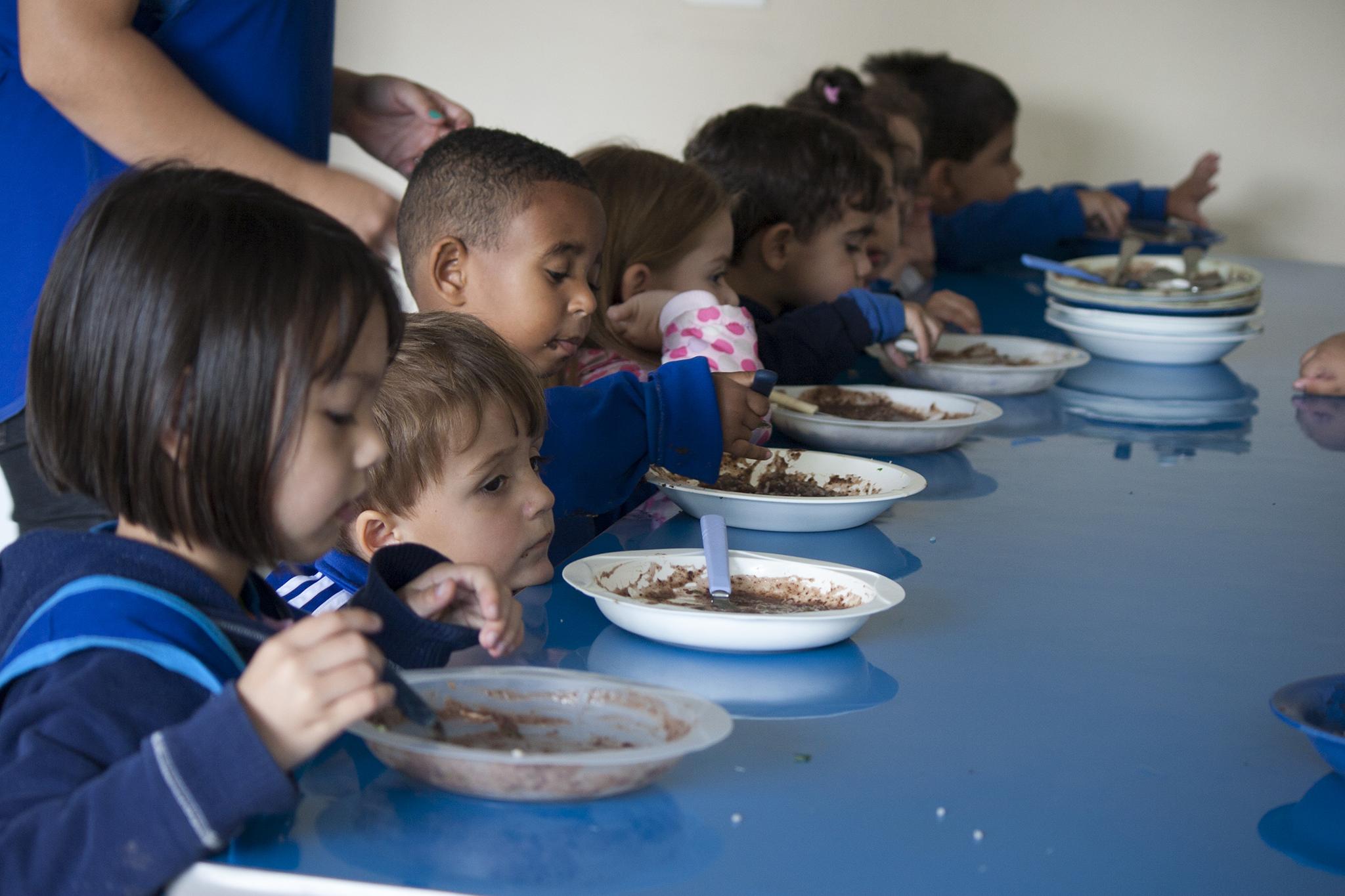 Crianças se alimentando | Miosótis