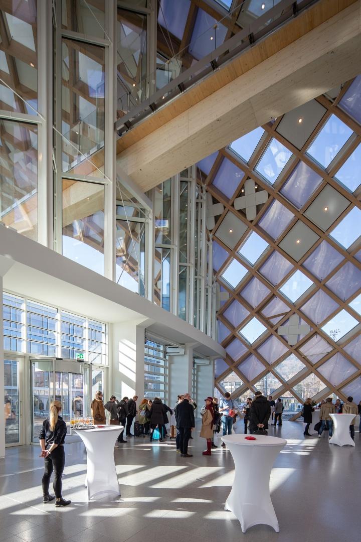 发布会在品牌位于瑞士比尔的全新大楼进行。