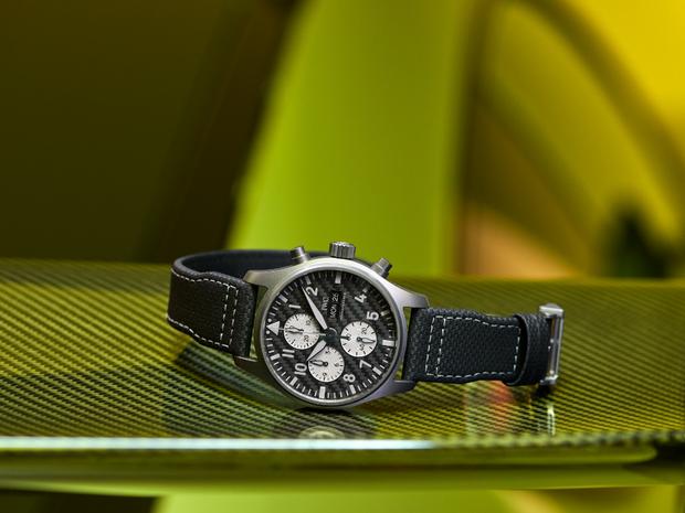 IWC与Mercedes-AMG首款钛金属飞行员计时腕表亮相