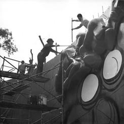Siqueiros y Márquez en proceso de pintura barda mural 3, 1970