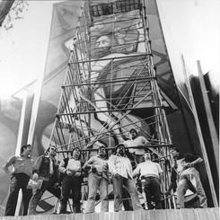 """Miembros del taller en mural exterior """"El Mestizaje"""", 1970"""