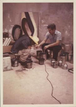 Epitacio Mendoza y Humberto Márquez, ayudantes de Siqueiros trabajando con pigmentos. Cuernavaca, Morelos 1967