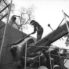 Siqueiros y Márquez en proceso de pintura barda mural 2, 1970