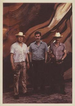 """David A. Siqueiros, Humberto Márquez y Mario Orozco durante el proceso de realización de uno de los tableros para el mural """"La Marcha de la Humanidad"""". Cuernavaca, Morelos. 1967"""
